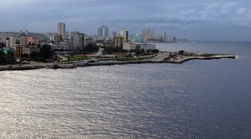 Cuban company builds barriers to reduce pollution in Havana Bay