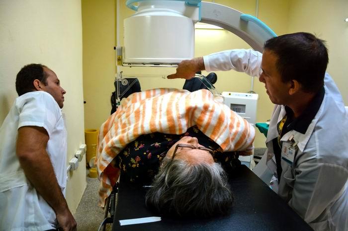Una novedosa máquina para aplicar braquiterapia de alta tasa de dosis (HDR) con Cobalto 60, procedimiento terapéutico propio de países del primer mundo, beneficia a los enfermos de cáncer en el Centro Territorial Oncológico de Holguín, institución adjunta al Hospital Provincial Vladimir Ilich Lenin, de Holguín, Cuba. Foto: Juan Pablo Carreras
