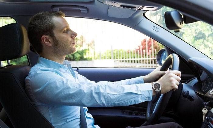 Si viaja en un auto apoye la cabeza en el asiento