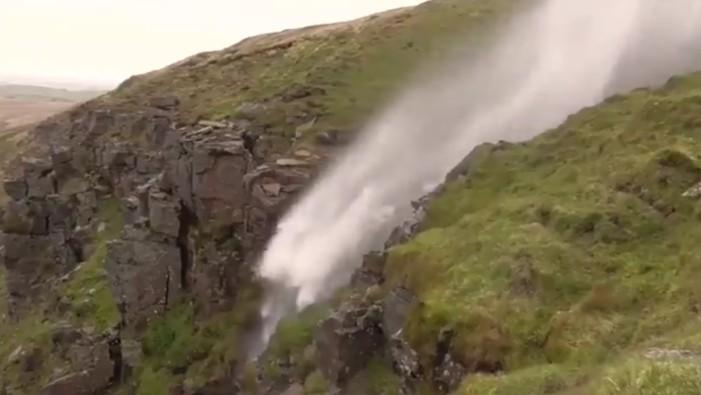 El huracán Ophelia hizo que una cascada fluyera hacia arriba