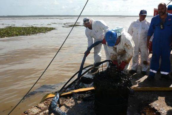 Cienfuegos: movilizan trabajadores para limpiar bahía contaminada
