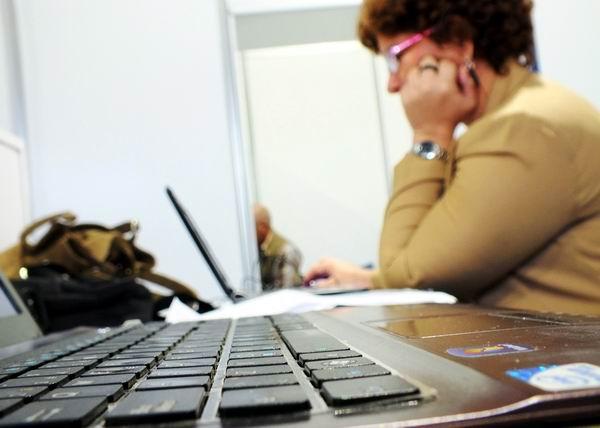 En un mundo globalizado, la informática constituye el puente de un trayecto en el que converge la humanidad, pero la indispensable conexión tiene sus leyes, nacidas por la acción inescrupulosa de hackers o piratas informáticos, o del desconocimiento de los propios usuarios, como demostraron los panelistas participantes en la Mesa Redonda. Foto Abel Rojas Barallobre
