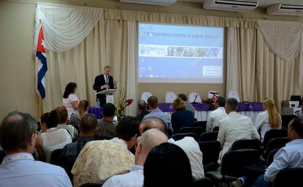El científico norteamericano Parrish Galliher (podio), director de tecnología de GE Healthcare para el negocio de Upstream Bioprocesamiento, en conferencia ofrecida en el Primer Congreso Bio-Process Cuba 2017