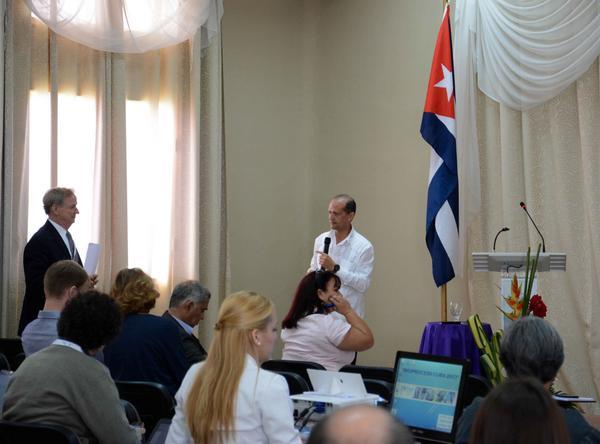 El Doctor en Ciencias Tecnológicas Ernesto Chico (C al fondo), del Centro de Inmunología Molecular, ofrece una conferencia durante la apertura del Primer Congreso Bio-Process Cuba 2017