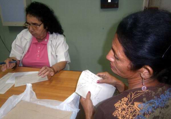 Doctora Lidia Torres en su consulta médica. Foto Mireya Ojeda