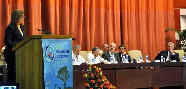 Intervención de Elba Rosa Pérez Montoya (I), Ministra de Ciencia, Tecnología y Medio Ambiente, durante la inauguración de la X Convención Internacional de Medio Ambiente y Desarrollo, en el Palacio de las Convenciones de La Habana, el 6 de julio de 2015. Foto: Marcelino Vázquez
