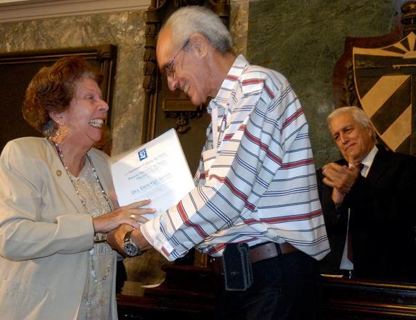 La Doctora Elena Vigil Santos recibió el Premio Nacional de Física de manos del Doctor Augusto González, presidente de la Sociedad Cubana de la especialidad. Foto: Roberto Morejón Guerra