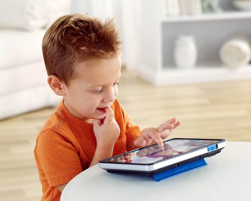 Niño frente al teclado