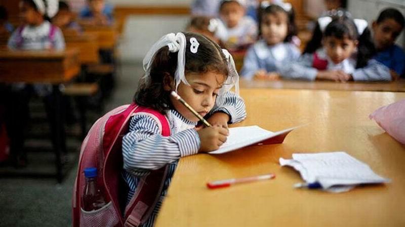 Niña escribiendo a mano. Foto: Reuters
