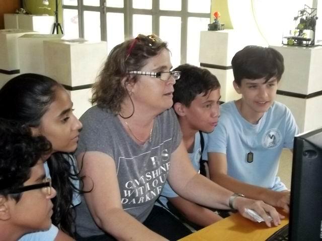 La Dra Teresa Bustillo , especialista de la Galería Píxel, en el trabajo con los niños.