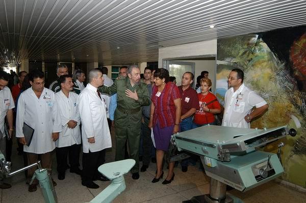 2004: Fidel en su última visita a Cienfuegos por los 25 años del Hospital, acompañado por las máximas autoridades del territorio.