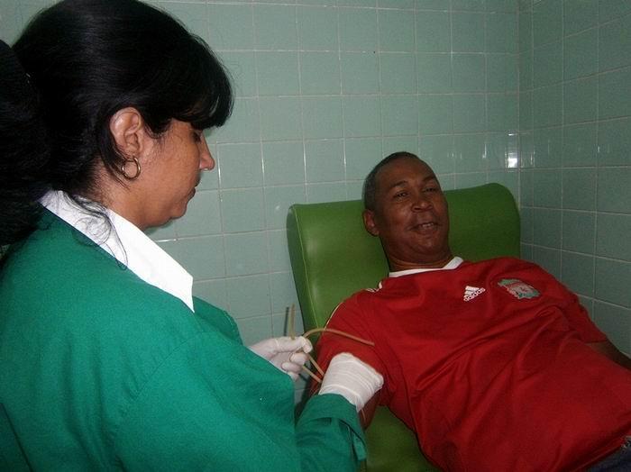 El cienfueguero Iván Sarria Hondares acumula más de cien donaciones voluntarias de sangre, mediante un gesto altruista, que de forma ininterrumpida inició a los 20 años de edad. Foto: Mireya Ojeda