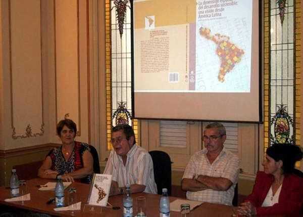 Presentaci�n del libro El desarrollo sostenible en el escenario latinoamericano  del presidente de la Sociedad Cubana de Geograf�a, Juan Manuel Mateo. Foto Randy Pereira