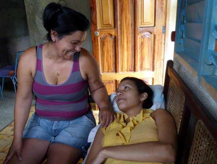 Georyana Cruz (I) madre de Elizabet Calzadilla (D) un linda campesina de apenas 17 años que enfrenta desde su niñez una enfermedad oncológica cerebral, pero que no le ha quitado el empeño ni las ganas de vivir. Foto: Aroldo García