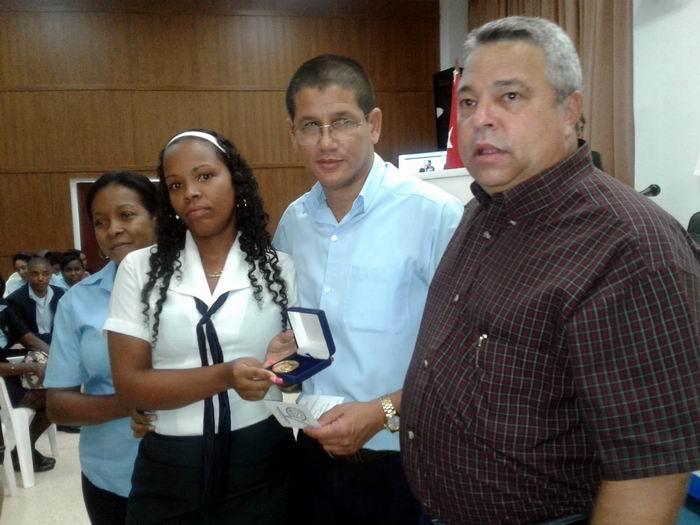 Guilarte de Nacimiento entregó el Sello a Raúl Van Troy  Navarro, Director General de los Joven Club de Computación. Foto: Carlos Serpa