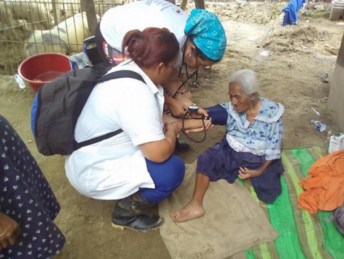Los cubanos trabajan en los refugios instalados en zonas altas de las cercanías de Piura, como San Pablo