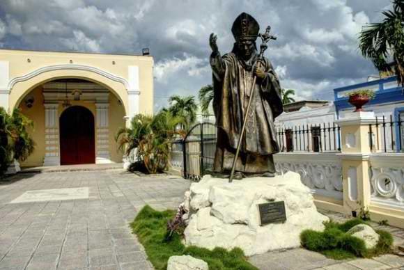 Papa Francisco visita monumento a San Juan Pablo II
