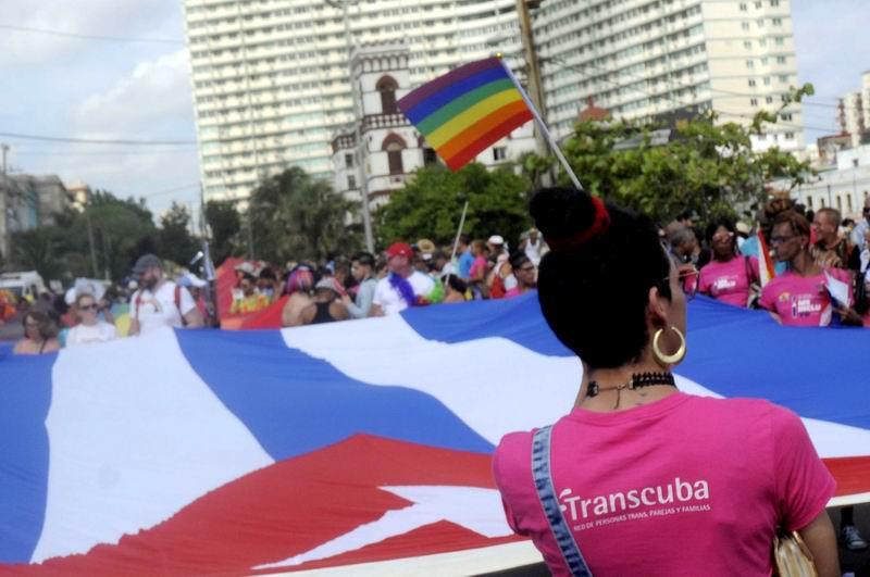 Intendencia iza bandera arcoíris en el Día Internacional contra la homofobia
