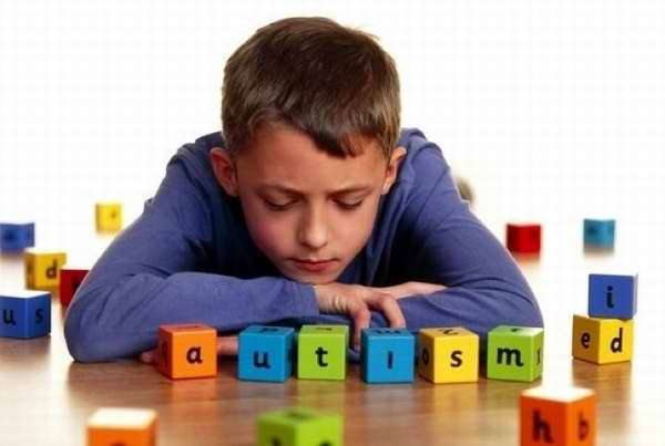 Niño autista, terapia para el autismo