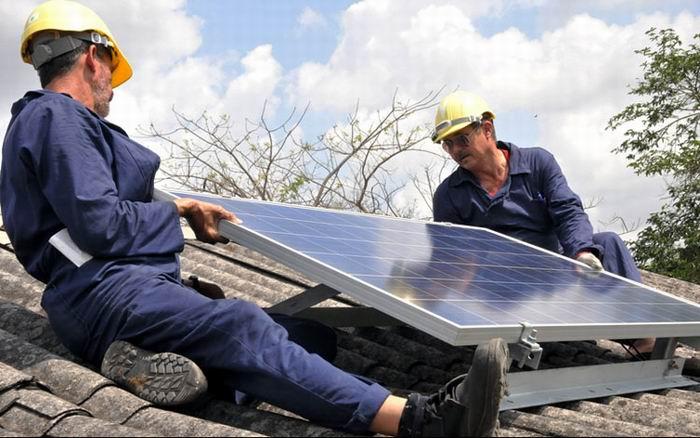 Instalan paneles solares independientes en viviendas aisladas de Cienfuegos