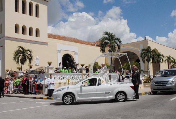 El Papa Francisco llegando a la Catedral de San Isidoro en Holguín, dondese encuentra la estatua de San Juan Pablo II (C al fondo), instalada en el atrio derecho de la iglesia, en Holguín. Foto Yuly Socorro