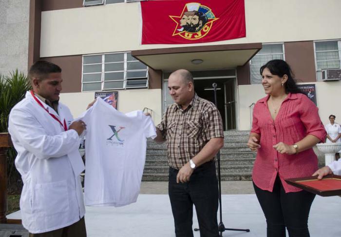 Reconocen labor de m�dicos cubanos que enfrentaron el �bola