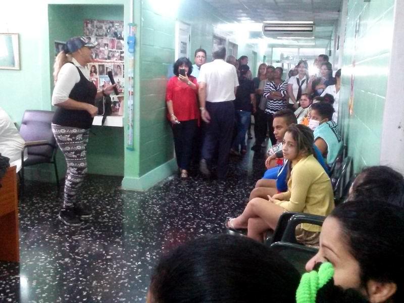 Trabajadores de Transtur Ómnibus Habana regalaron una mañana diferente a los niños y adolescentes ingresados en el centro asistencial. Foto: Gabdiel Silva