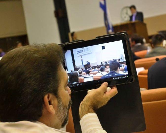 Tablets, móvil, laptop, servidores, redes todos en función de los acontecimientos en #TIChabana2015. Foto: Abel Rojas Barallobre