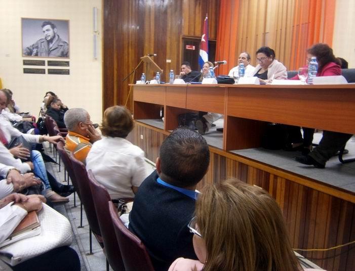 La Viceministra de Salud en Cuba (al centro), reconoce resultados de Cienfuegos.