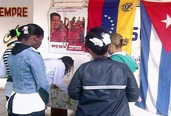 Alumnos venezolanos que culminan las carreras de medicina y licenciatura en tecnolog�a de la salud en la provincia de Matanzas, expresan sus condolencias ante la muerte del presidente Hugo Ch�vez. Foto: Jos� Miguel Sol�s