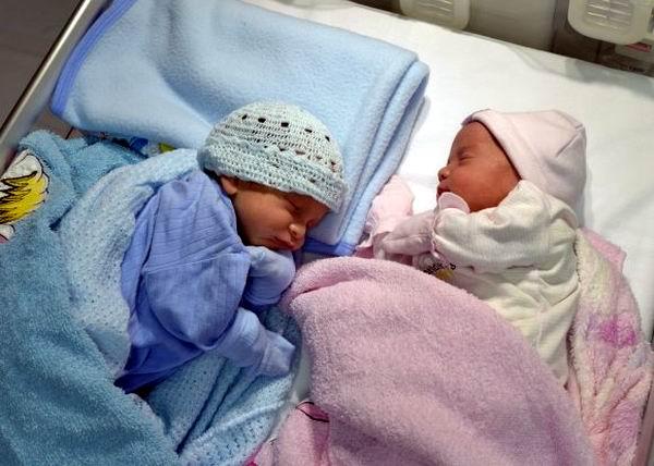 Ámbar y Gerardito en su segundo día de vida. Foto: Estudios Revolución