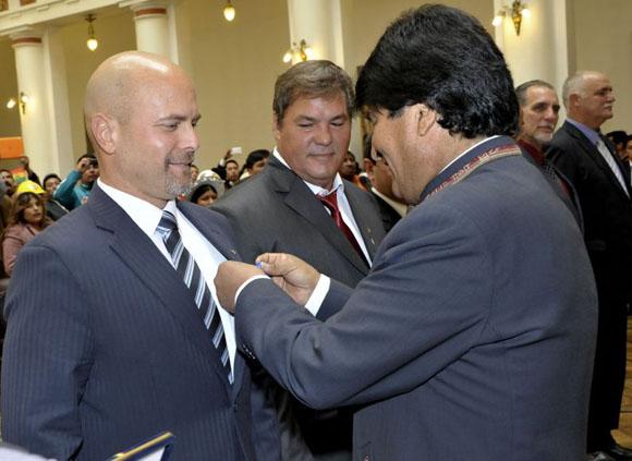 Condecora presidente de Bolivia a Héroes cubanos