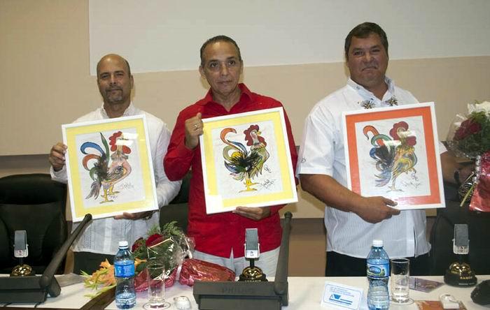 Micrófono de la Radio cubana se honra en manos de Los Cinco