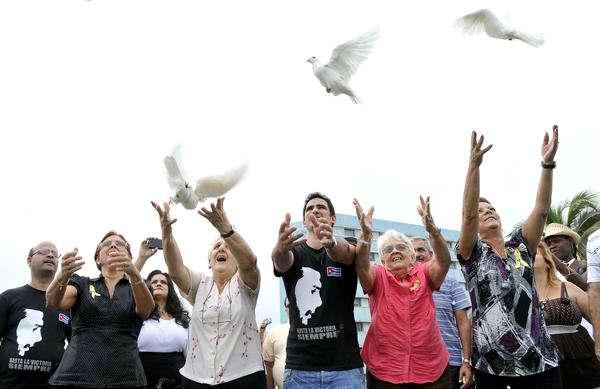 Antonio Guerrero hijo y familiares de Los cinco soltaron las primeras dos mil palomas. Foto Roberto Morejón