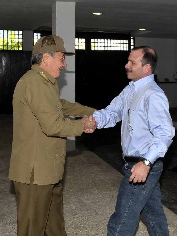 Army General Raul Castro welcomed antiterrorism fighter Fernando Gonzalez, who arrived to Cuba after serving a long and wrongful conviction in U.S. prisons. Photo by Estudios Revolucion