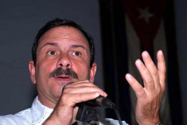Recibe Fernando Gonz�lez reconocimiento de la Asamblea Municipal de Holgu�n