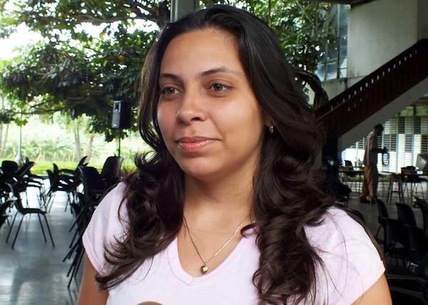 La Presidenta Nacional de la FEU Lisara Corona Oliveros les entregó las credenciales y alegó que para los universitarios contar con su ejemplo y su compromiso significa incrementar las acciones para exigir su regreso a Cuba. Foto: Abel Rojas.