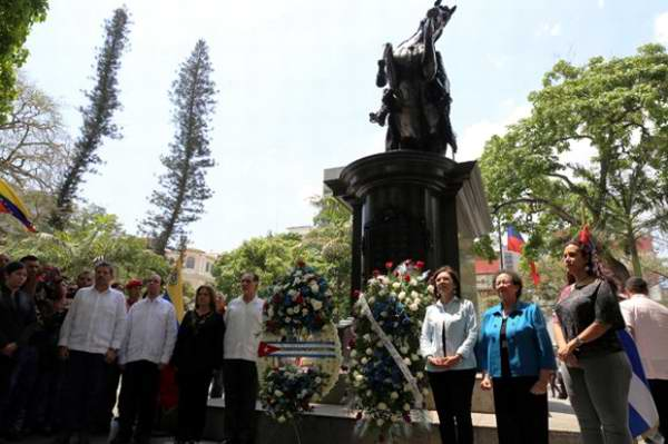 Colocan Los Cinco ofrenda floral a Simón Bolívar en Caracas. Foto:AVN