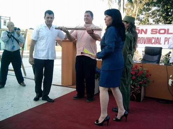 La máxima distinción de la Asamblea del Poder Popular en Las Tunas le fue conferida al Héroe de la República de Cuba, Ramón Labañino Salazar. Foto Juan Manuel Olivares