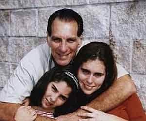 René González y sus hijas