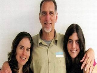 René González junto a sus hijas. Foto cortesía de la familia