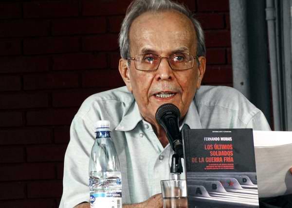 El miembro del Buró Político Ricardo Alarcón de Quesada anunció que este miércoles saldrá al mercado la primera edición norteamericana del libro del brasileño Fernando Moraes. Foto: Abel Rojas.
