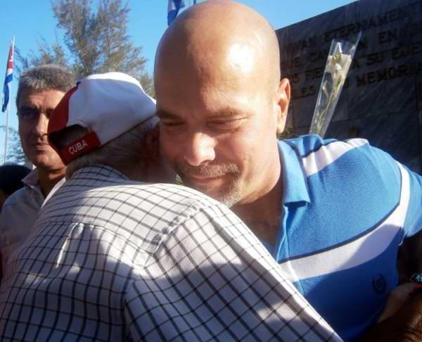 El Héroe de la República de Cuba, Gerardo Hernández Nordelo en un abrazo con combatientes y héores de  Playa Girón. Foto: Mireya Ojeda
