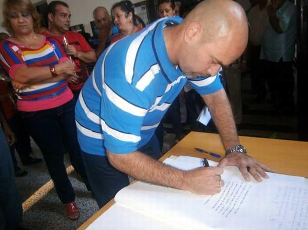 En el libro de los visitantes el Héroe de la República de Cuba, Gerardo Hernández Nordelo, escribió unas palabras dedicadas a los caídos en Playa Girón Foto: Mireya Ojeda