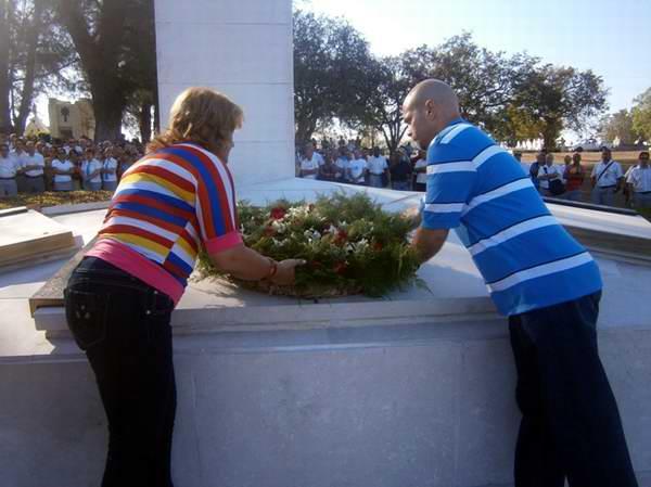 El Héroe cubano Gerardo Hernández y la miembro del Comité Central del Partido Comunista de Cuba, Lidia Esther Brunet Nodarse depositan flores a los caídos el 5 de Septiembre. Foto: Mireya Ojeda