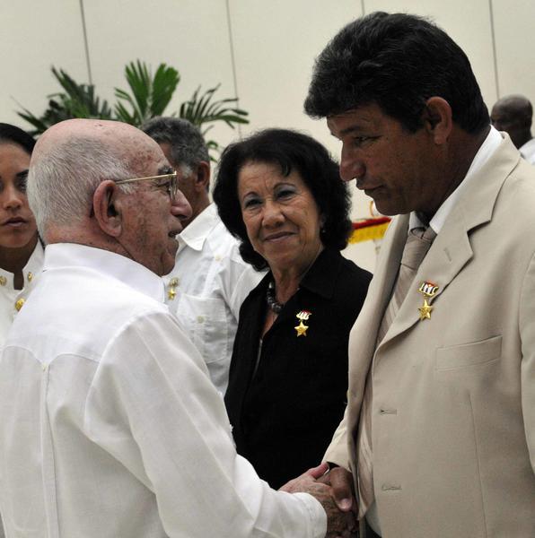 José Ramón Machado Ventura (I), Segundo Secretario del Comité Central del Partido Comunista de Cuba y Vicepresidente de los Consejos de Estado y de Ministros, entregó el Título Honorífico Héroes y Heroínas del Trabajo de la República de Cuba, a un grupo de trabajadores, en ceremonia realizada en La Habana, el 1 de mayo de 2014. AIN FOTO/Marcelino VÁZQUEZ