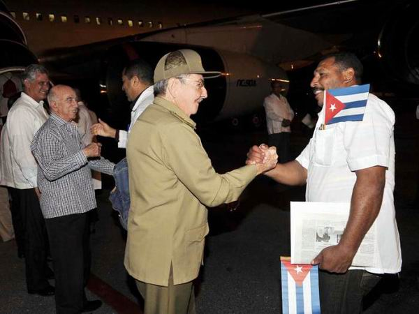 Raul Castro Sees off Cuban Doctors to Fight Ebola in Africa