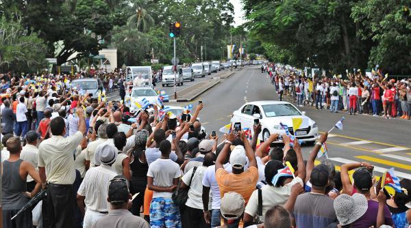 Su Santidad Papa Francisco, desde su papamóvil, saluda a la población de la capital cubana, durante el recorrido desde el Aeropuerto Internacional José Martí hacia la Nunciatura Apostólica, en La Habana, el 19 de septiembre de 2015. AIN FOTO/ AIN FOTO/José Manuel CORREA