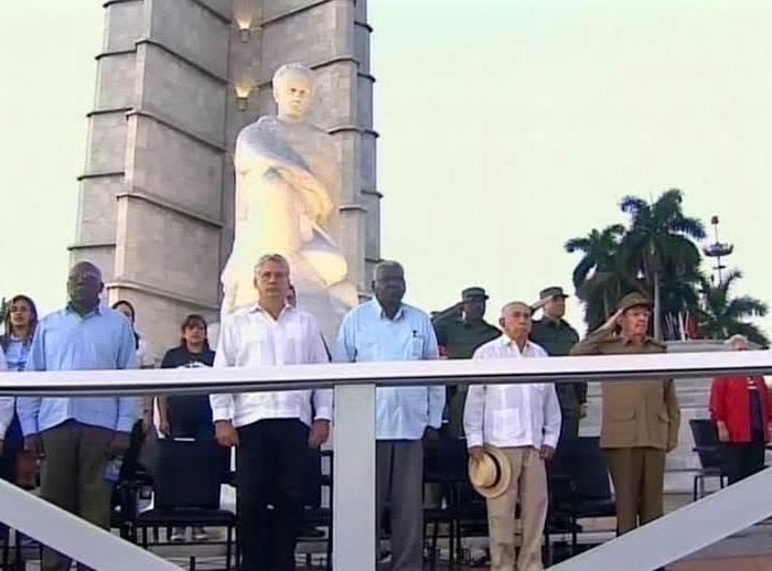 Preside Raúl Castro Revista Miliar y marcha del pueblo combatiente