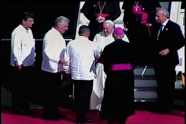 El Sumo Pontífice fue recibido en el aeropuerto Internacional Frank País por el Primer Vicepresidente de los Consejo de Estado y de Ministros Miguel Díaz-Canel